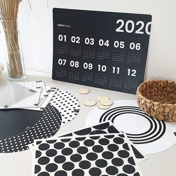 Kouzlo černobílé 🖤__#mightydesignshop #placemat #homedecor #stickers #wallsticker #calendar #kalendar #blackandwhite #nordicdesign #nordichome #dekorace #dekoracedobytu #drevenadekorace #naplanujsizivot #planujeme #tipnava