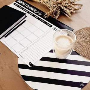 Papírové stolní A3 plánovače, pro ty co chtějí mít vše hezky černé na bílém ⚫⚪ #mightydesignshop #blackandwhite #stripes #line #placemat #monthly #design #planner #coffee #nature #homedecor #nordicdesign #nordic #corn #deko.jpg